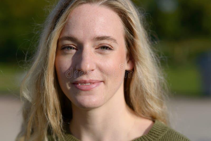 Внешний портрет белокурой усмехаясь женщины стоковая фотография rf