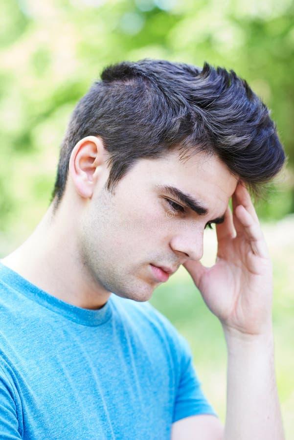 Внешний портрет голов и плечи серьезного молодого человека стоковое изображение rf