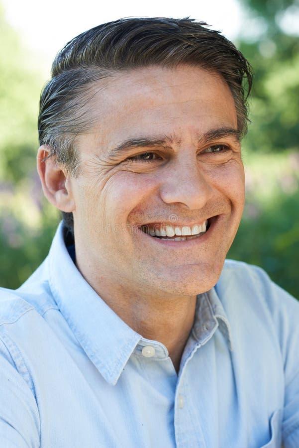 Внешний портрет голов и плечи усмехаясь зрелого человека стоковое фото rf