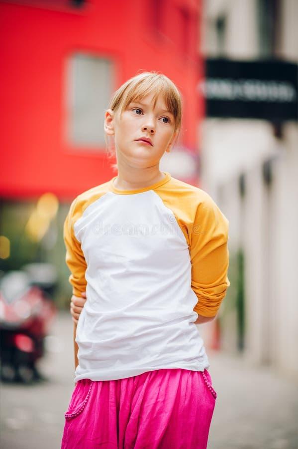 Внешний портрет довольно маленького девочка-подростка стоковые фото