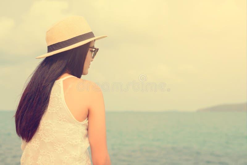 Внешний портрет лета молодой милой женщины смотря к океану на тропическом пляже, наслаждается ее свободой и свежим воздухом стоковая фотография rf