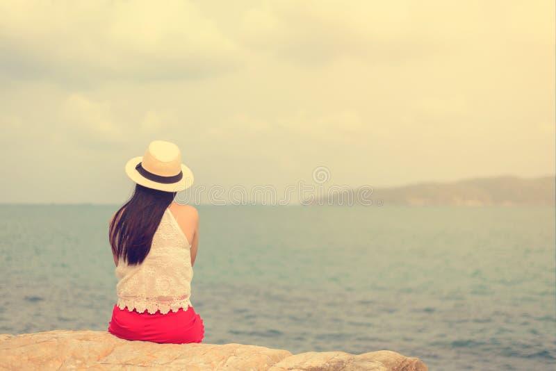 Внешний портрет лета молодой милой женщины смотря к океану на тропическом пляже, наслаждается ее свободой и свежим воздухом стоковые фото