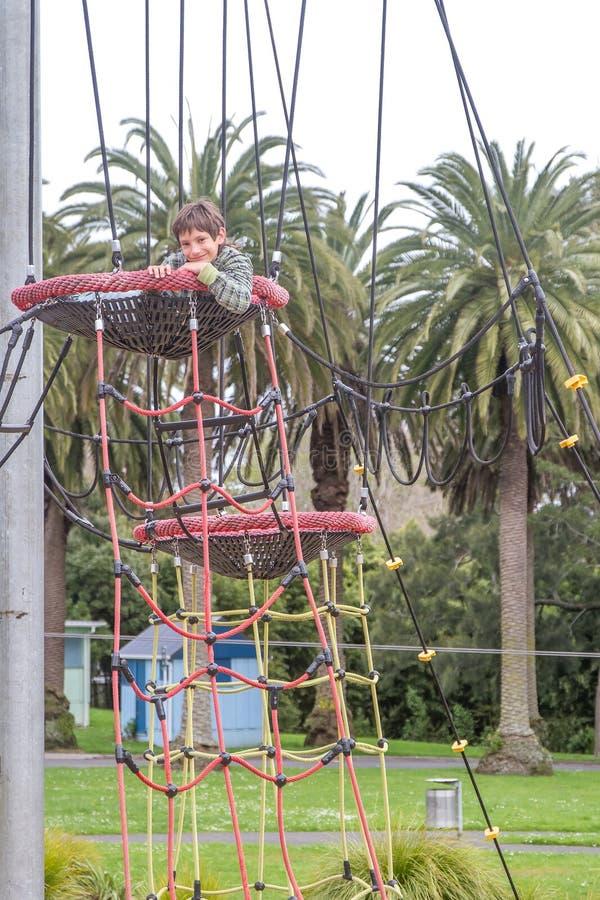 Внешний портрет мальчика ребенка наслаждаясь ее временем на спортивной площадке стоковое изображение rf