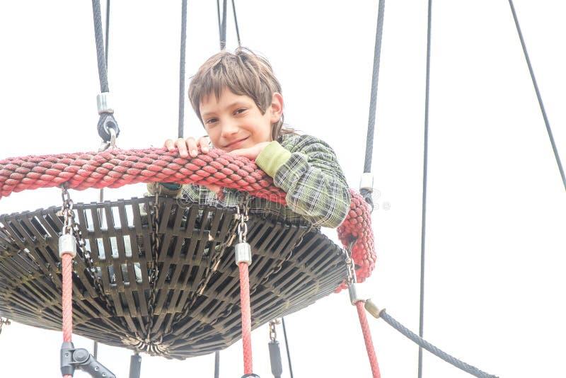Внешний портрет мальчика ребенка наслаждаясь ее временем на спортивной площадке стоковая фотография rf