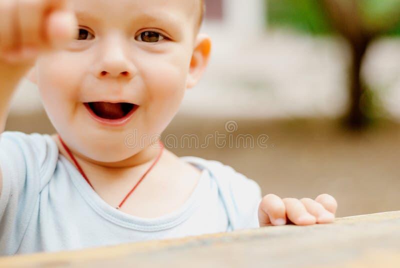 Внешний портрет милого мальчика малыша стоковое изображение rf