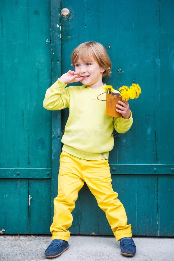 Внешний портрет милого мальчика стоковое изображение rf