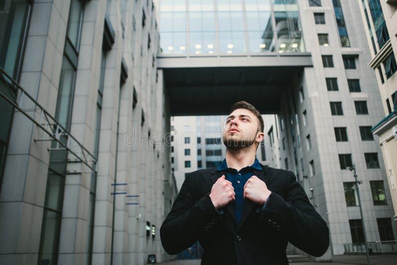 Внешний портрет молодого красивого человека с бородой против фона современной архитектуры стоковые изображения rf