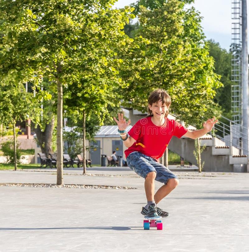 Внешний портрет молодого усмехаясь мальчика подростка ехать короткий режим стоковое фото rf