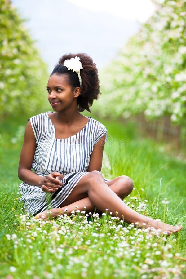 Внешний портрет молодой красивой Афро-американской женщины - b стоковые фотографии rf