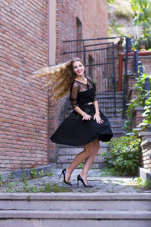 Внешний портрет моды дамы нося ультрамодное черное платье стоковая фотография rf