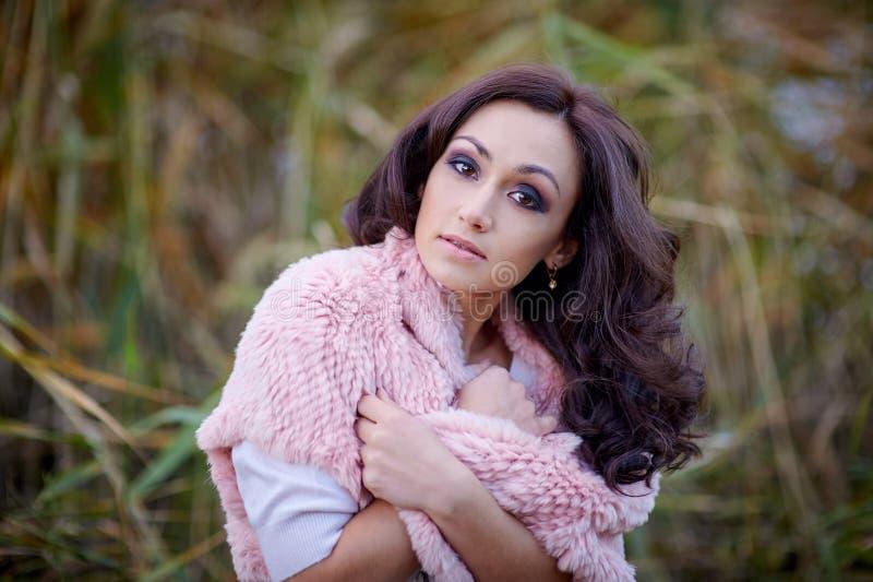 Внешний портрет моды дамы очарования чувственной молодой стильной нося ультрамодный свитер стоковая фотография rf
