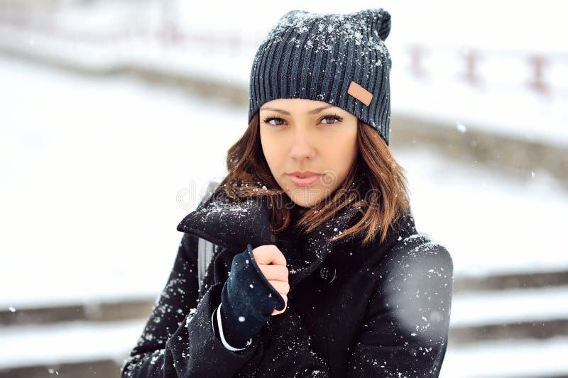 Внешний портрет моды милой маленькой девочки в зиме стоковая фотография