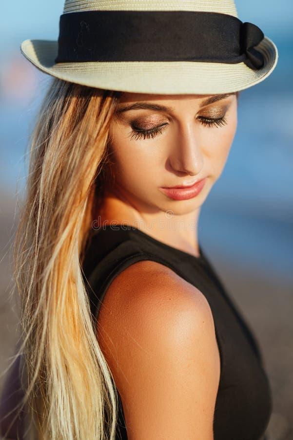Внешний портрет образа жизни красивой девушки в черном купальнике стоковые изображения rf