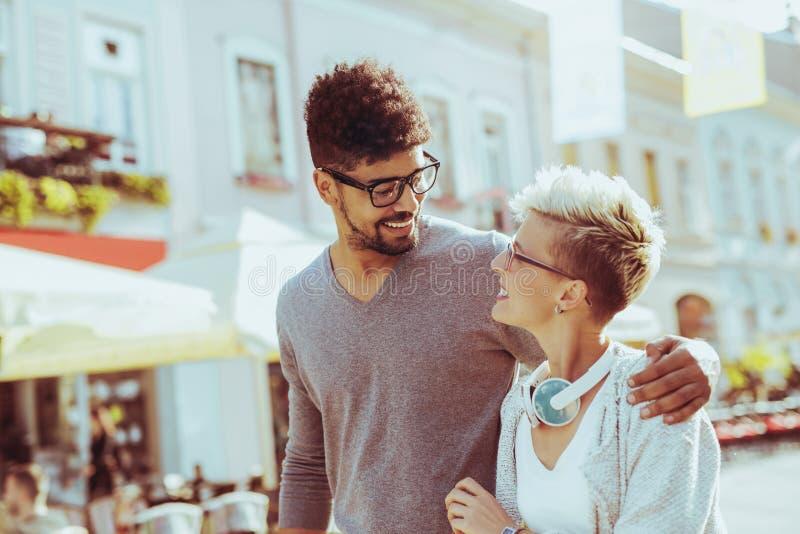 Внешний портрет романтичных и счастливых пар смешанной гонки стоковое изображение rf