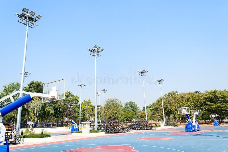 Внешний стадион баскетбола с голубым небом стоковые фотографии rf