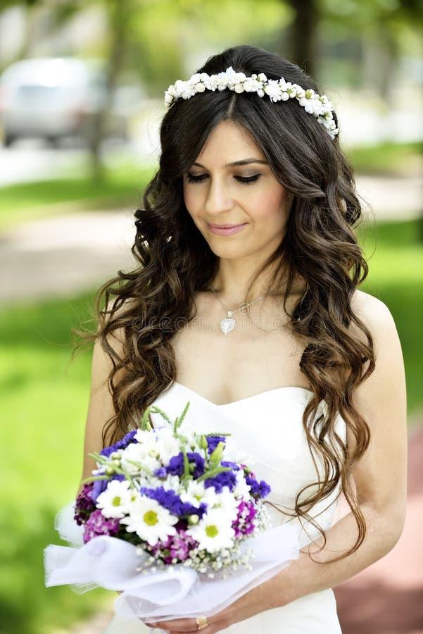 Download Внешний усмехаться невесты стоковое изображение. изображение насчитывающей жизнерадостно - 41660103