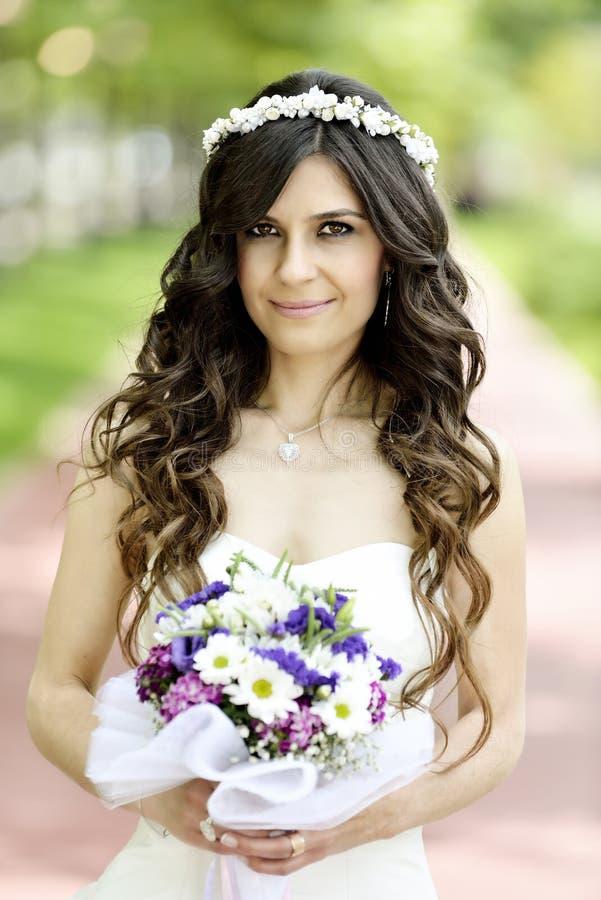 Download Внешний усмехаться невесты стоковое фото. изображение насчитывающей groom - 41660320