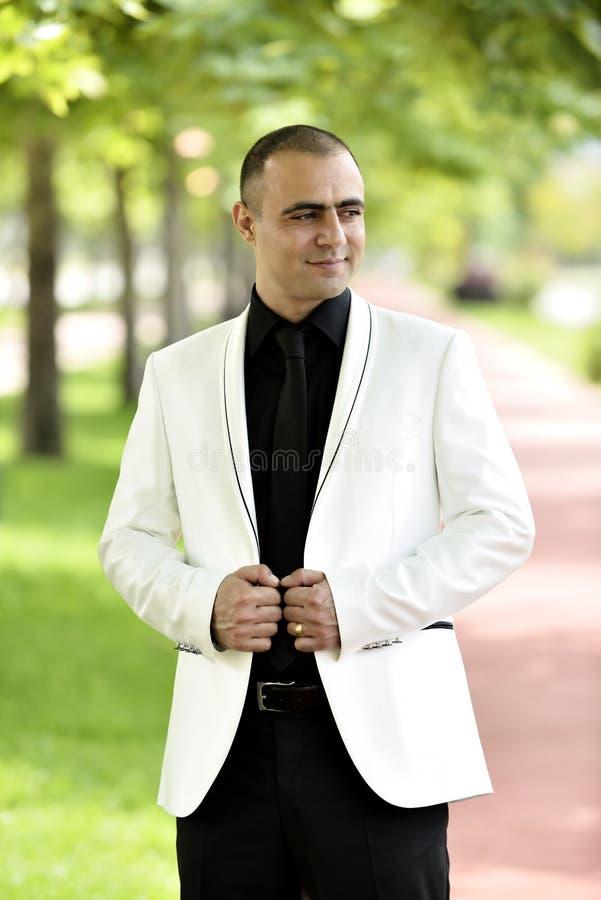 Download Внешний усмехаться groom стоковое фото. изображение насчитывающей золотисто - 41660232