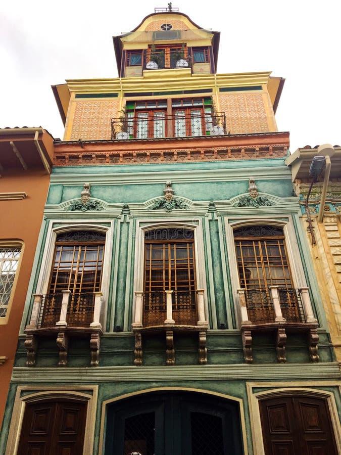 Внешний фасад старого здания в Cuenca эквадоре стоковые изображения rf