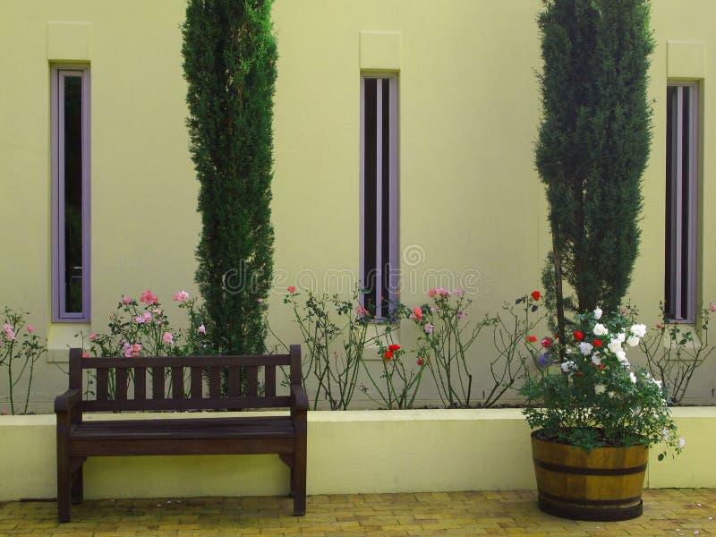 Внешний фасад дома сельской местности с кипарисами и flowerbe стоковые изображения rf