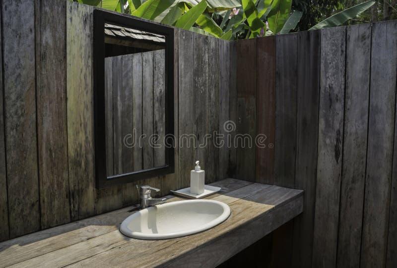 Внешняя ванная комната с тропическим садом стоковое фото