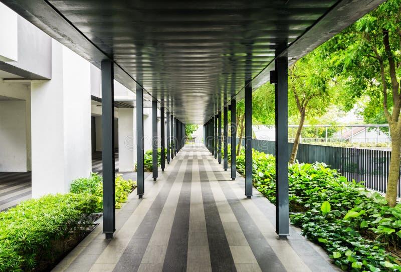 Внешняя дорожка вдоль здания Современный открытый коридор стоковые фото