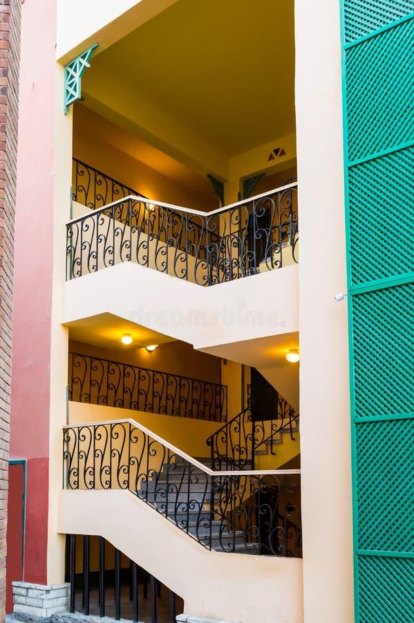 Внешняя лестница с кованым покрытием стоковая фотография rf