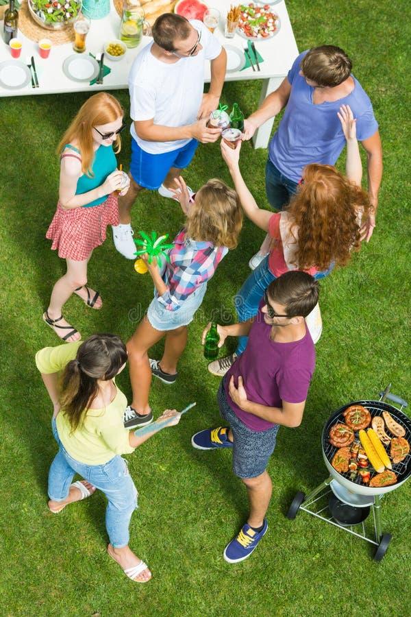 Внешняя партия барбекю с пивом стоковое фото rf