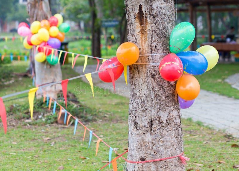 Внешняя партия в саде украшенном с красочными воздушными шарами стоковая фотография
