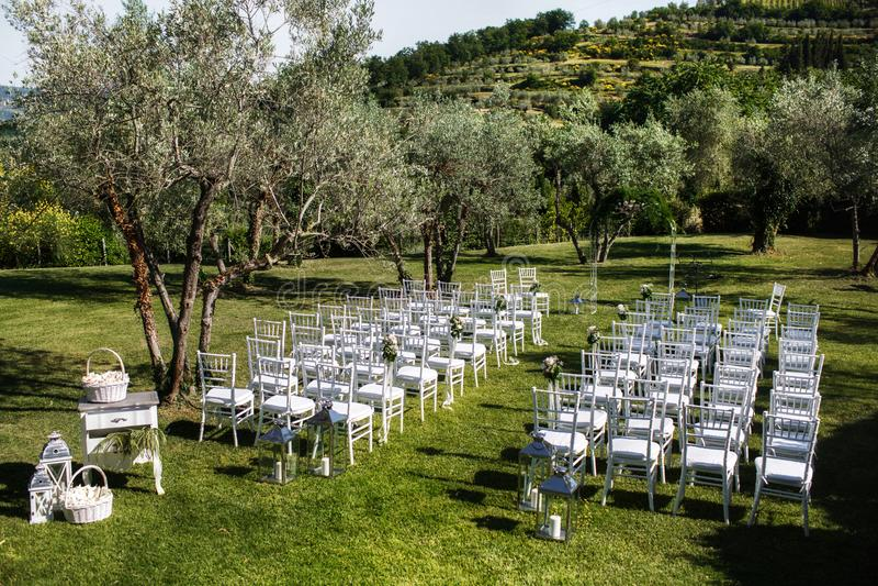 Внешняя свадебная церемония вокруг зеленых гор стоковое фото rf