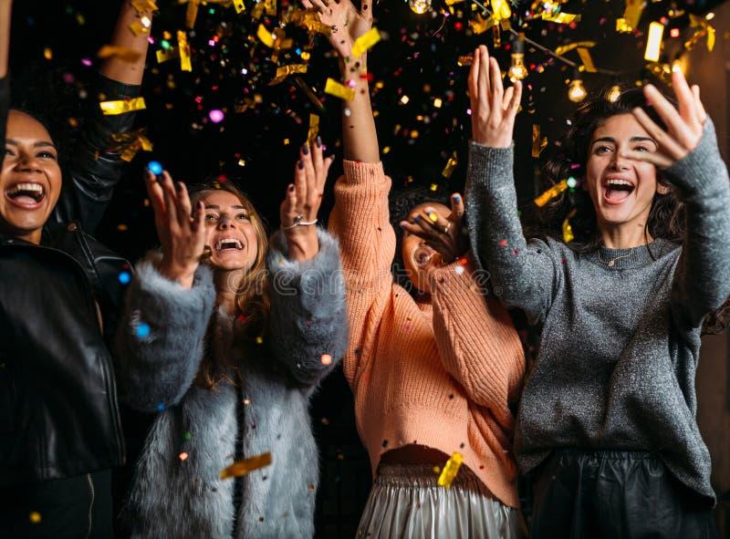 Внешняя съемка счастливых друзей стоковая фотография rf