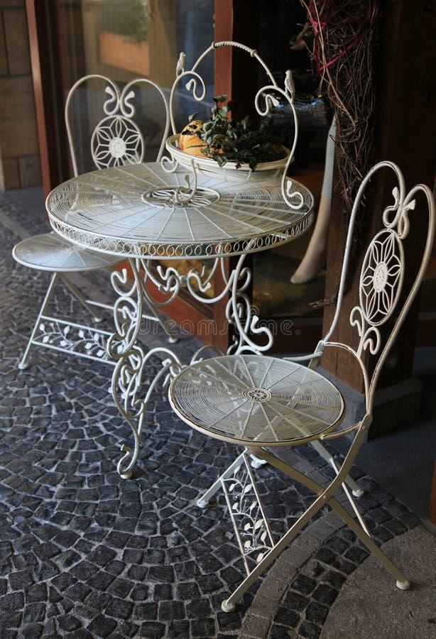 Внешняя таблица металла и 2 стуль стоковая фотография