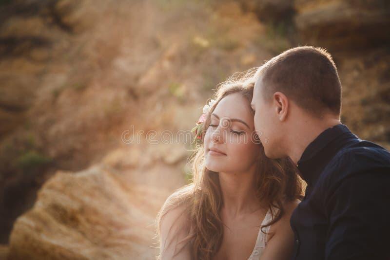 Внешняя церемония свадьбы на пляже, конец вверх стильных счастливых романтичных пар совместно стоковые фото