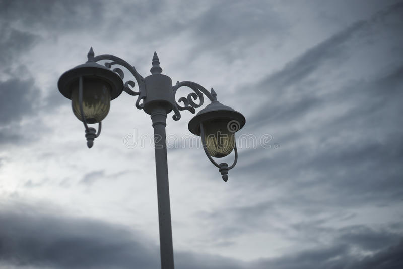 Вне лампа двери винтажная старая с пасмурной предпосылкой голубого неба в моменте захода солнца, селективном фокусе, фильтрованно стоковые изображения rf