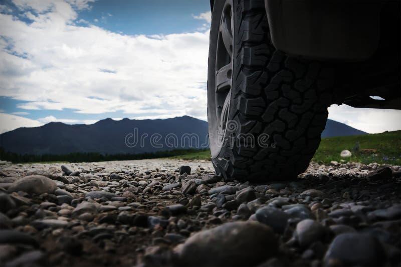 Внедорожное перемещение на дороге горы стоковая фотография