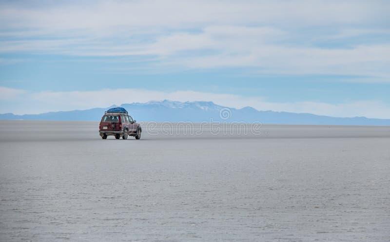 Внедорожный корабль в соли Салара de Uyuni плоском - отдел Potosi, Боливия стоковые изображения rf