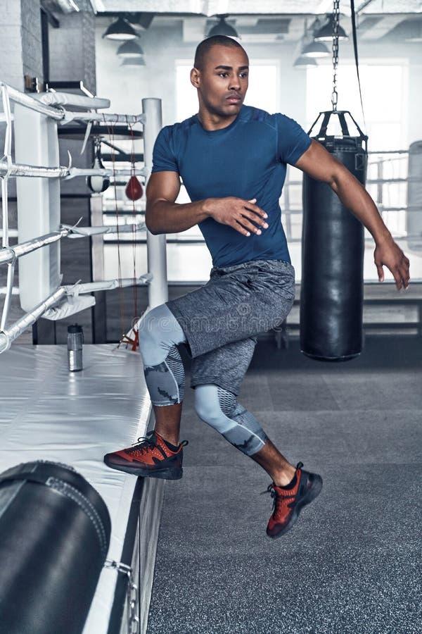 вне работающ Красивый молодой африканский человек в jumpin одежды спорта стоковые изображения
