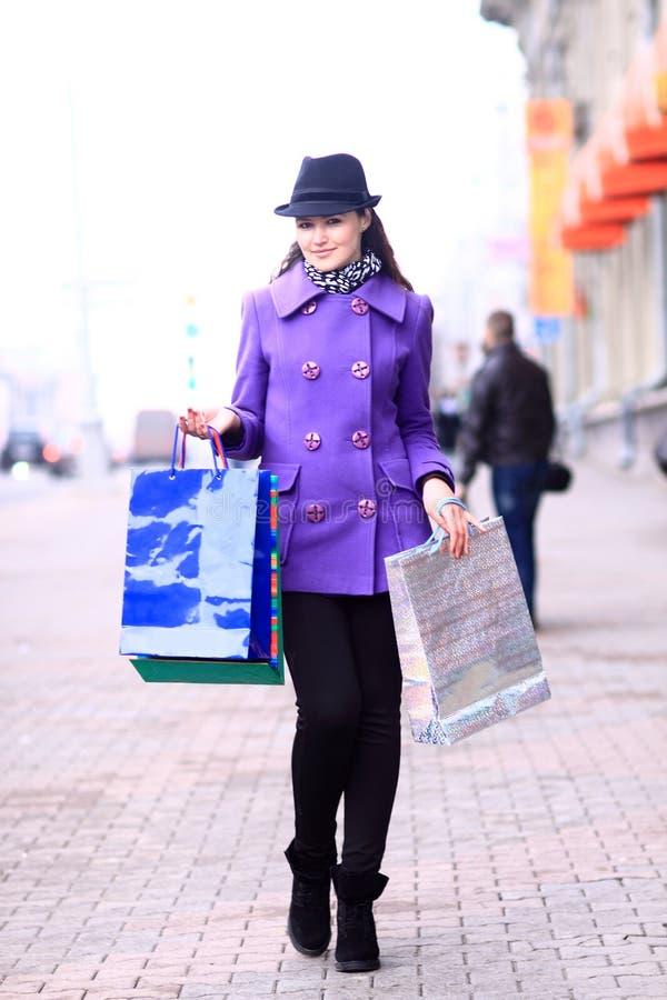 вниз гулять улицы девушки стоковые изображения rf