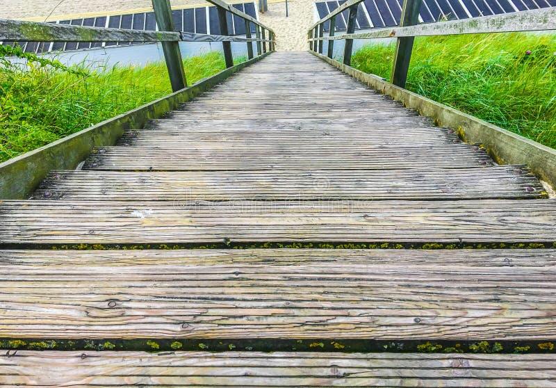 Вниз деревянная лестница с прокладывая рельсы водить к пляжу стоковое фото rf
