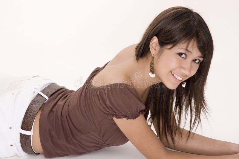 вниз лежать девушки предназначенный для подростков стоковые изображения