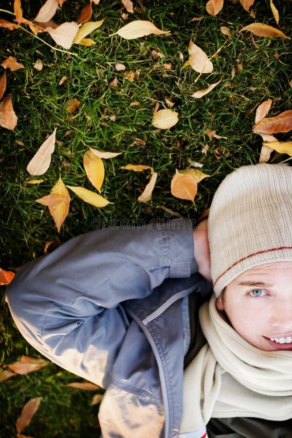 вниз лежа человек стоковое изображение