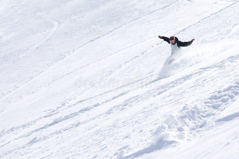 вниз мыжская гора сползая snowboarder стоковая фотография