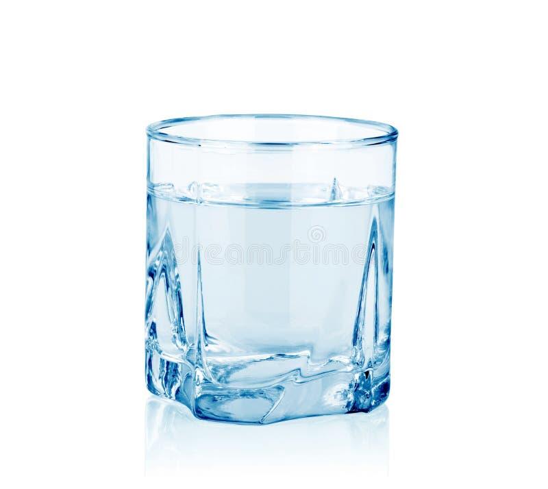 вниз питье падает стеклянная жидкостная вода движения стоковое фото