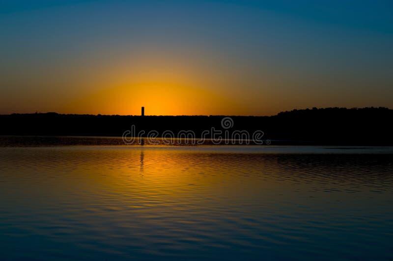 вниз солнце озера стоковое фото