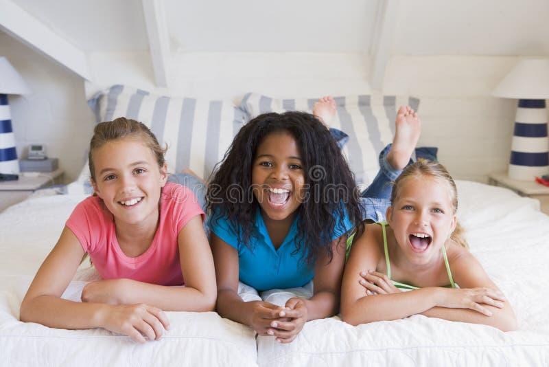 вниз с каждо друзей лежа затем другие 3 к детенышам стоковая фотография