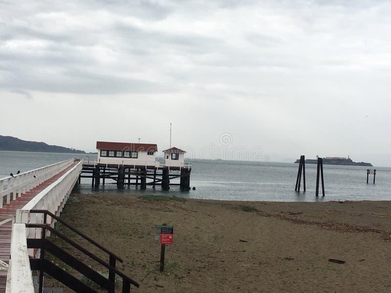 Вниз с пристани, станция спасательной шлюпки службы береговой охраны Соединенных Штатов, Presidio Сан-Франциско стоковая фотография