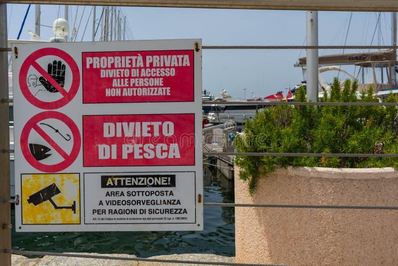 Внимание подписывает внутри гавань Кальяри стоковые фотографии rf