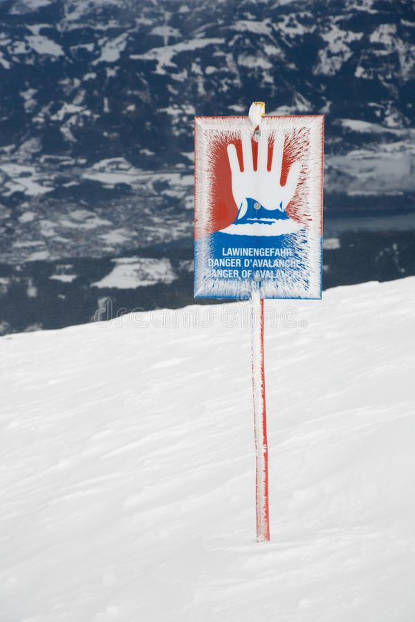 Внимание, предосторежение, предупредительный знак против лавины стоковое изображение