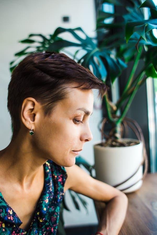 Внимательная девушка сидя в кофейне стоковые изображения rf