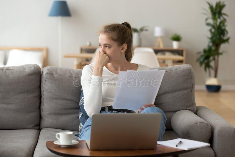 Внимательная молодая женщина отвлеченная от изучать смотреть прочь стоковые изображения
